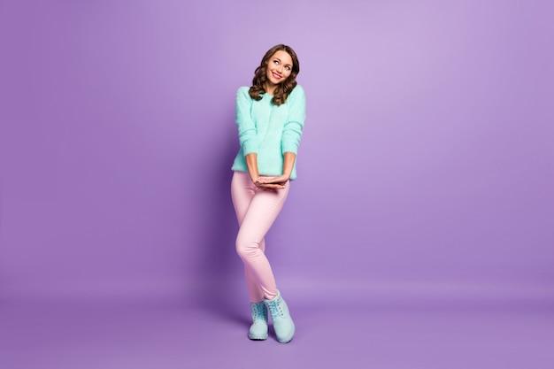 Full body portret van mooie dame flirterige goed humeur opzoeken lege ruimte dromer coquette slijtage pastel pluizige pullover roze broek laarzen.
