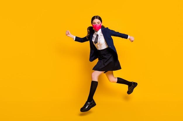 Full body profiel zijfoto van gekke middelbare scholier meisje jump wear mask jump