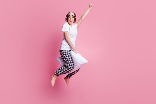 Full body profielfoto van grappige dame spring hoog kussen tussen benen hand open mond opheffen