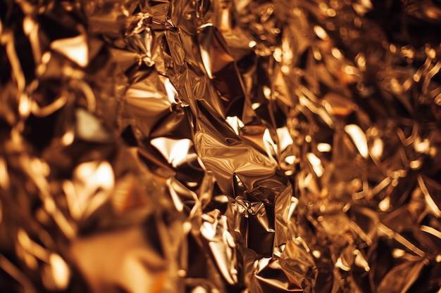 Full-frame opname van een vel verkreukelde gouden aluminiumfolie