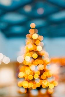Full frame shot van verlichte string lights en bokeh