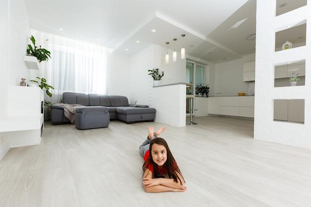 Full-length beeld dochtertje plezier dwaas rond thuis sportieve actieve jongen meisje. grappige vrijetijdsactiviteiten, sportief gezond levensstijlconcept