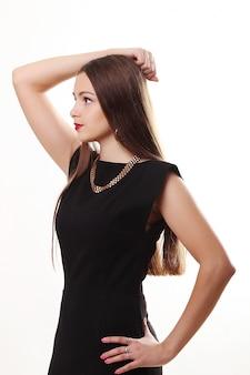 Full length portret van een sexy blonde vrouw in kleine zwarte mode jurk