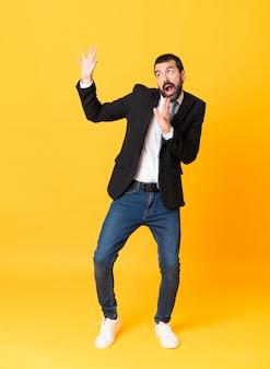 Full-length shot van zakenman over geel nerveus en bang