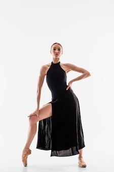 Full shot ballerina poseren
