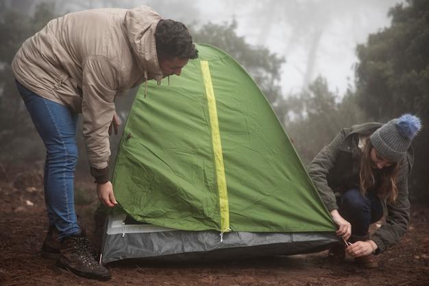 Full shot campers werken samen