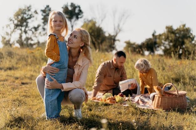 Full shot familie bij picknick