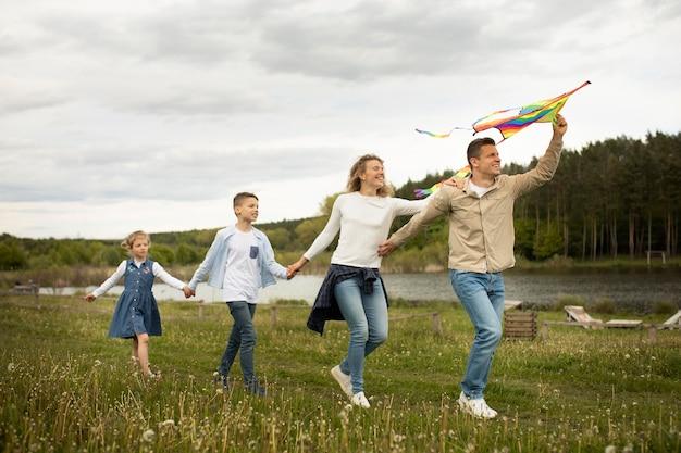 Full shot familie met vlieger