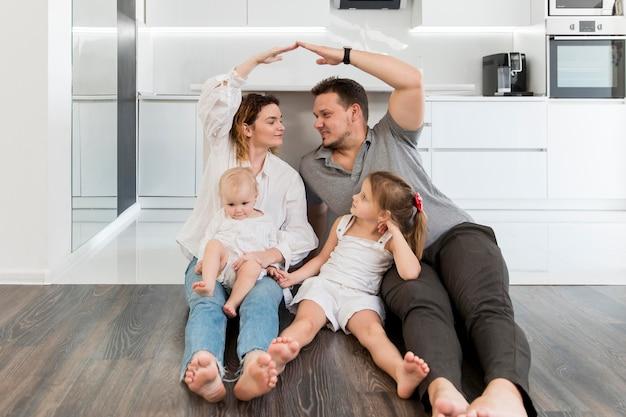 Full shot familie op de vloer