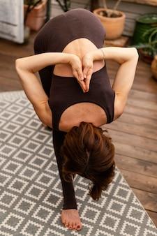 Full shot flexibele vrouw binnen