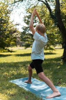 Full shot kind doet yoga