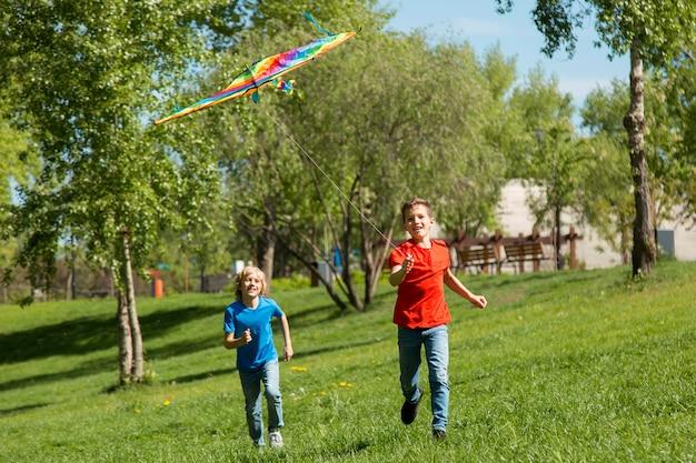Full shot kinderen die buiten rennen