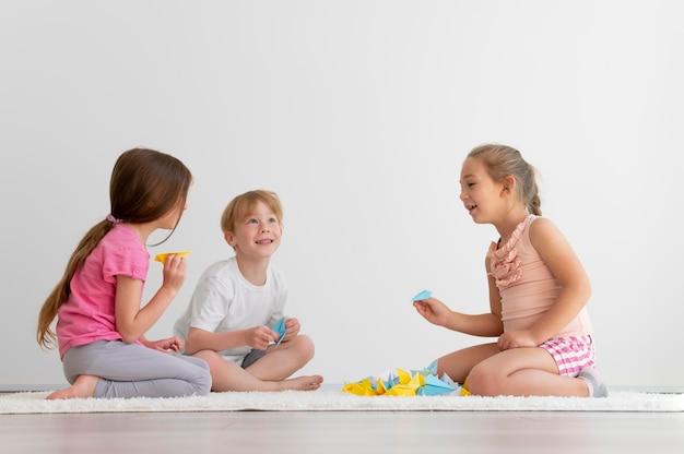 Full shot kinderen die samen spelen