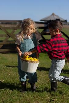 Full shot kinderen met fruit