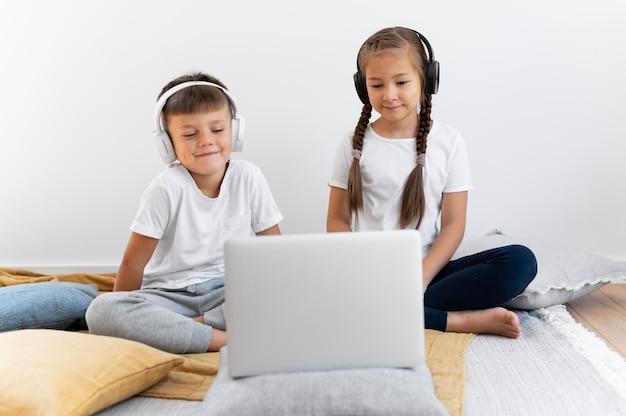 Full shot kinderen met laptop