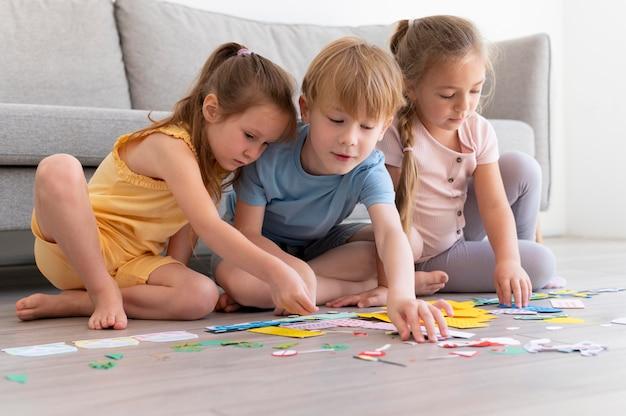 Full shot kinderen met papier