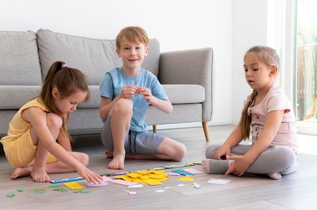Full shot kinderen spelen in de woonkamer