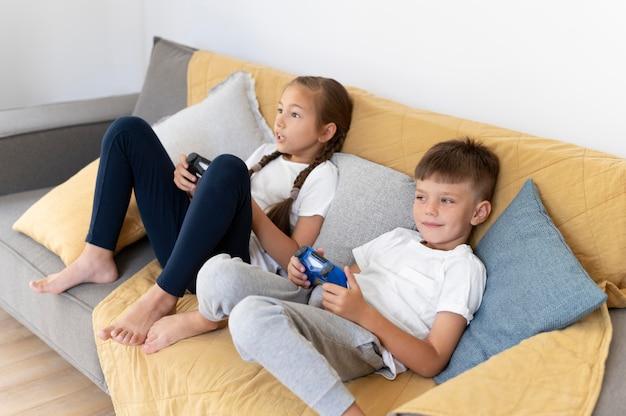 Full shot kinderen spelen met controllers