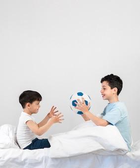 Full shot kinderen spelen met de bal