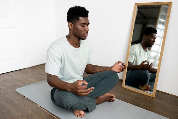 Full shot man aan het mediteren