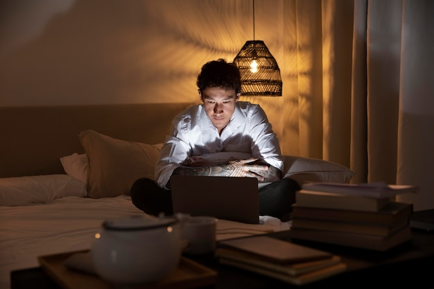 Full shot man aan het werk op laptop thuis