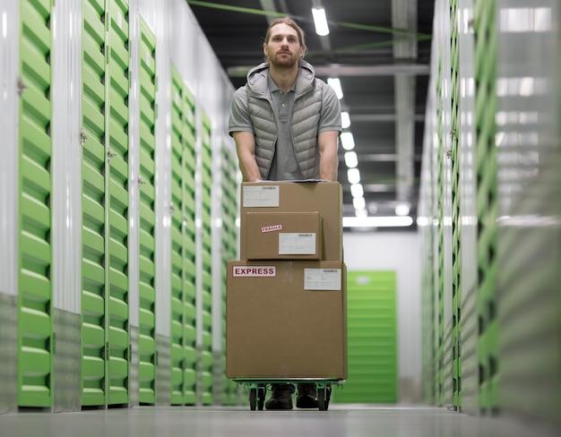 Full shot man aan het werk op logistiek centrum