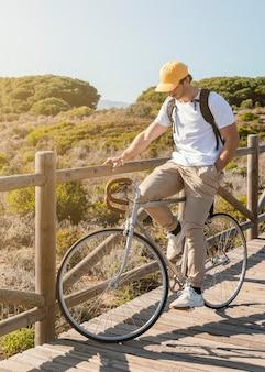 Full shot man die zich voordeed op de fiets