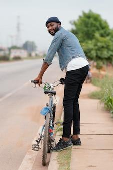 Full shot man met fiets
