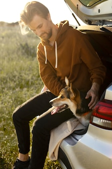 Full shot man met schattige hond