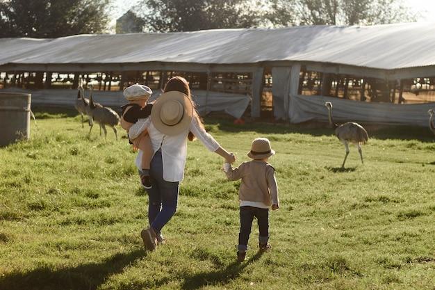 Full shot mensen die op de boerderij wonen
