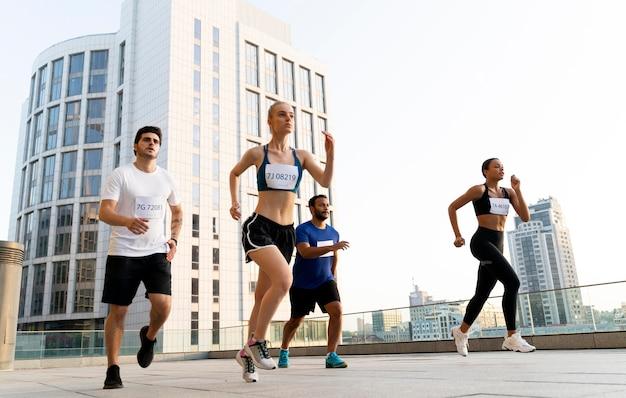 Full shot mensen die samen rennen