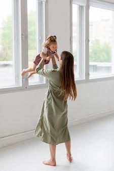 Full shot moeder tijd doorbrengen met meisje