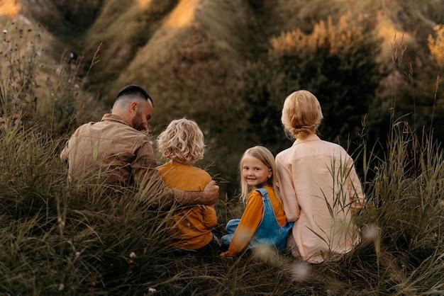 Full shot ouders en kinderen in de natuur