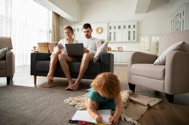 Full shot ouders met laptop thuis