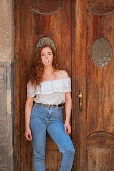 Full-shot roodharige vrouw mode foto