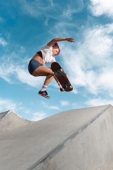 Full shot skater springen met bord in park