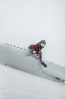Full shot skiër met uitrusting