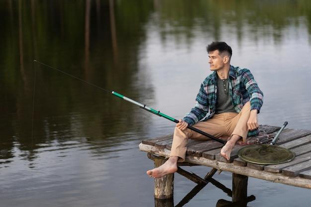Full shot smiley man vissen