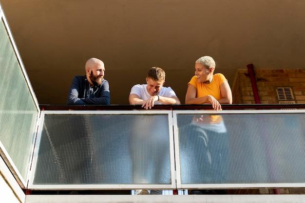 Full shot smiley vrienden op balkon