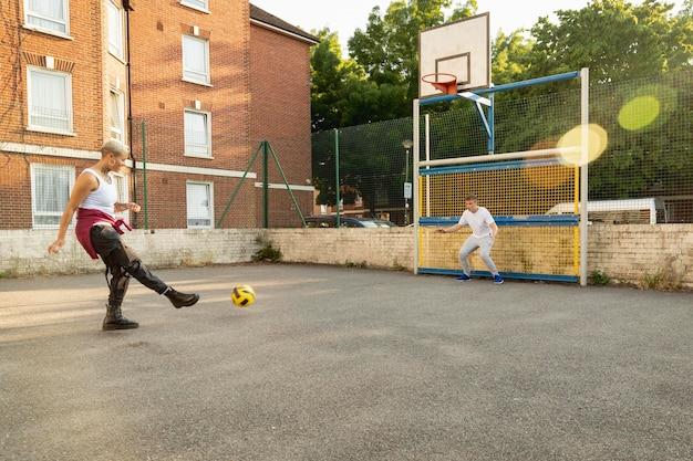 Full shot vrienden die met de bal spelen