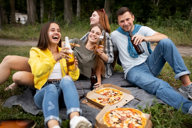 Full shot vrienden met pizza