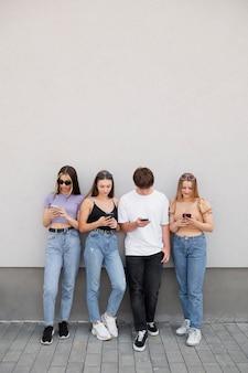 Full shot vrienden met smartphones