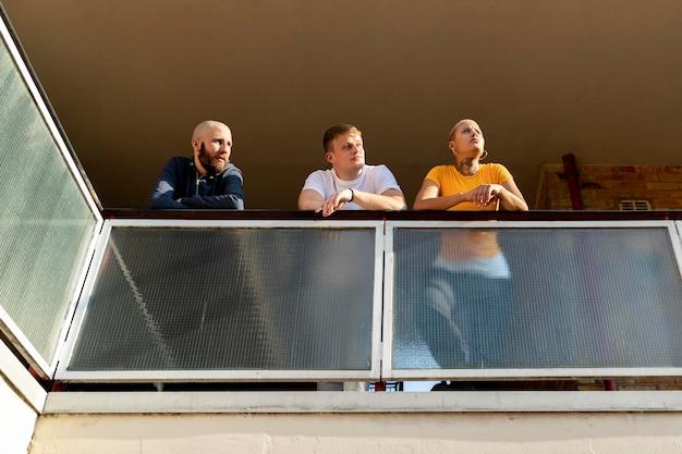 Full shot vrienden op balkon