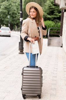 Full shot vrouw met bagage