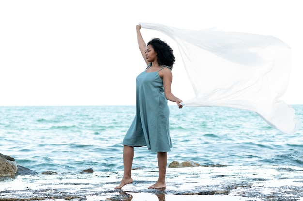 Full shot vrouw poseren aan zee