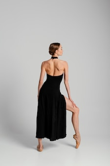Full shot vrouw poseren in jurk