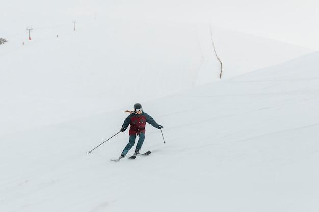 Full shot vrouw skiën