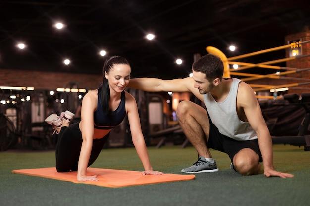 Full shot vrouw training op mat