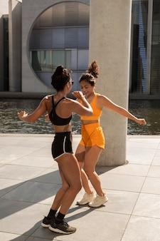 Full shot vrouwen die samen aan het oefenen zijn