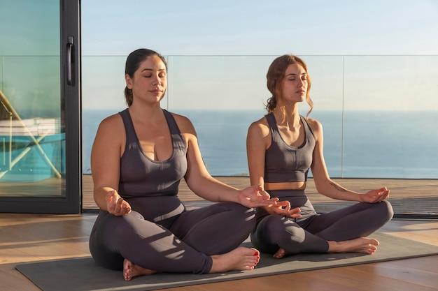 Full shot vrouwen die samen mediteren